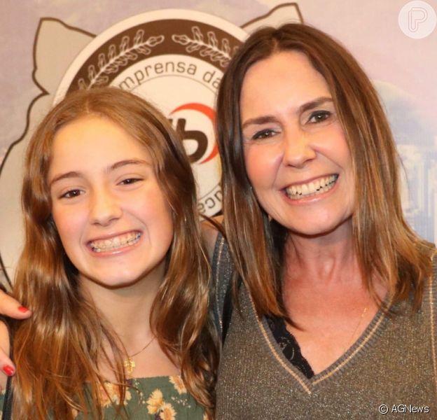 Iguais! Susana Naspolini levou a filha, Júlia, à premiação da Associação de Imprensa da Barra da Tijuca, na noite desta sexta-feira, 7 de dezembro de 2018