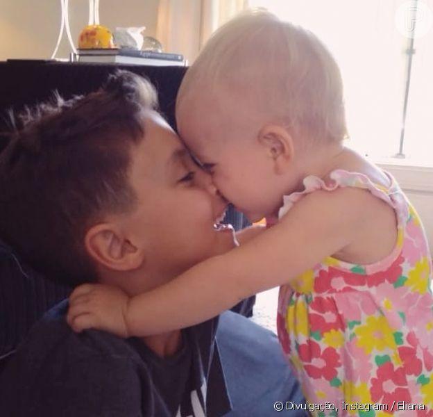 Eliana mostrou os filhos, Arthur e Manuela, em clima de afeto entre irmãos neste domingo, 9 de dezembro de 2018