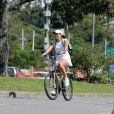 Malu Mader exibe boa forma em durante passeio de bicicleta, no Rio
