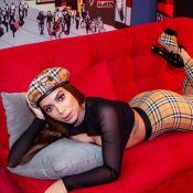 Burberry girl: Anitta usa look com print icônico da grife. Aos detalhes!