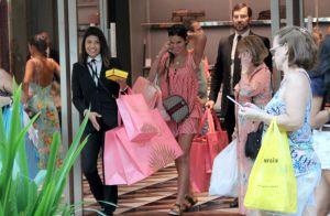 Natal grifado? Marquezine ganha ajuda com sacolas ao sair de loja da Gucci