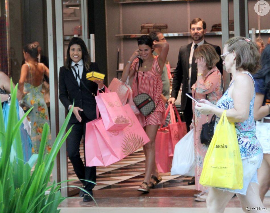 Marquezine ganha ajuda com sacolas ao sair de loja da Gucci nesta sexta fe6440cbc5