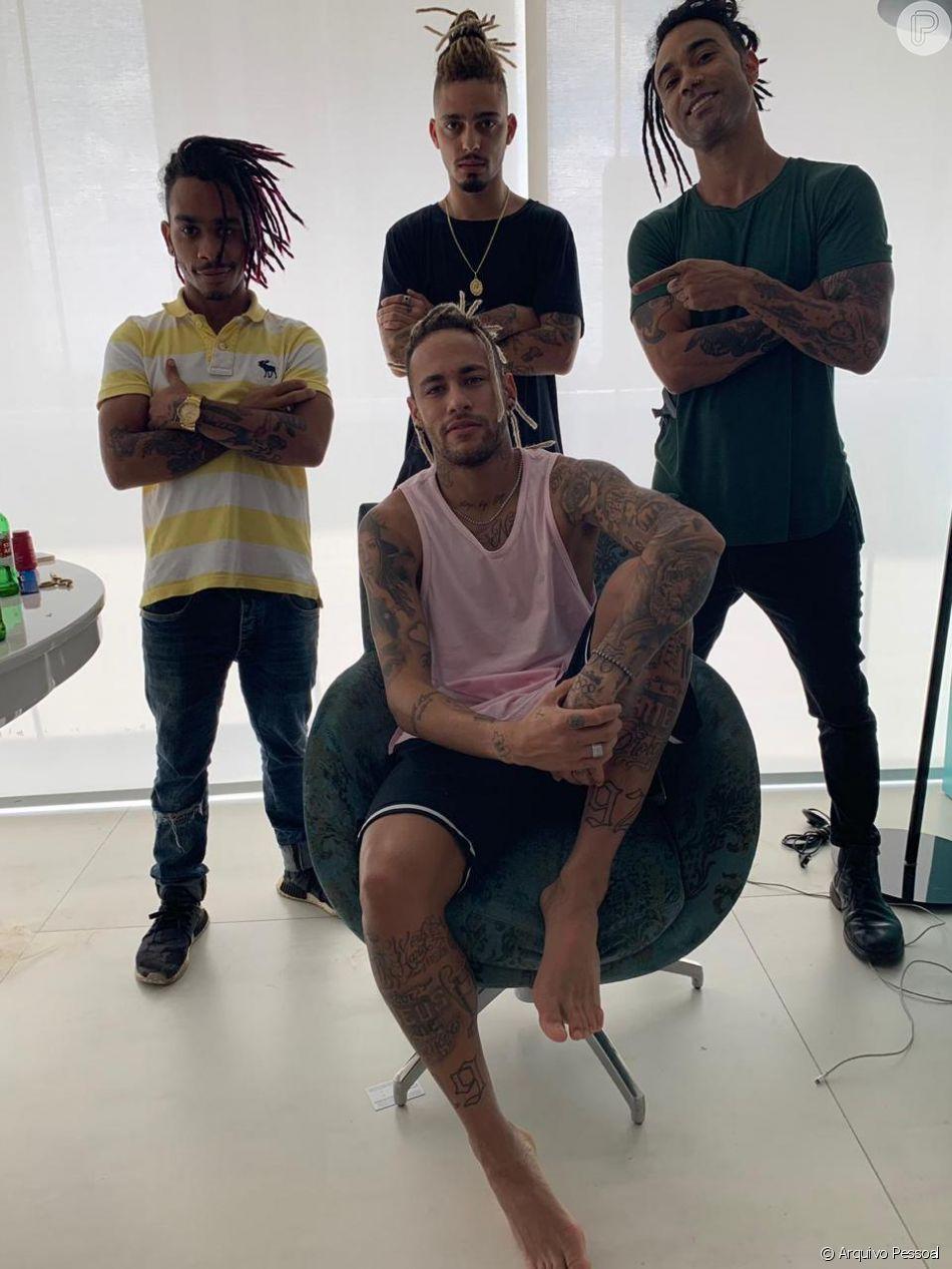 Neymar demorou 5h para colocar dreads. 'Significa força', diz cabeleireiro em entrevista ao Purepeople nesta sexta-feira, dia 21 de dezembro de 2018