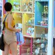 Nanda Costa olha vitrines de lojas no Rio de Janeiro