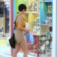 Nanda Costa faz compras dias antes do Natal