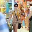 Nanda Costa é fotografada em shopping