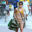 Nanda Costa usa look confortável e fresco para fazer compras