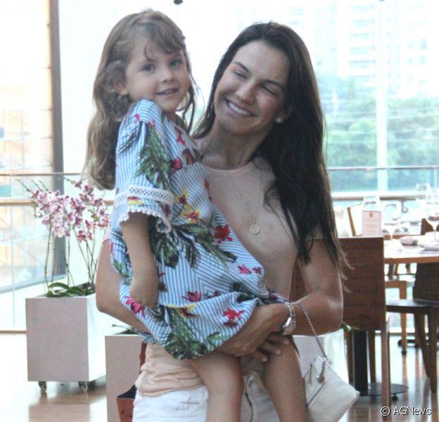 Filhas de Malvino Salvador esbanjam fofura e estilo em passeio com a família
