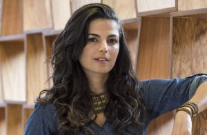 Emanuelle Araujo dá beijo em namorado após rumor de romance com atriz: 'Amor'