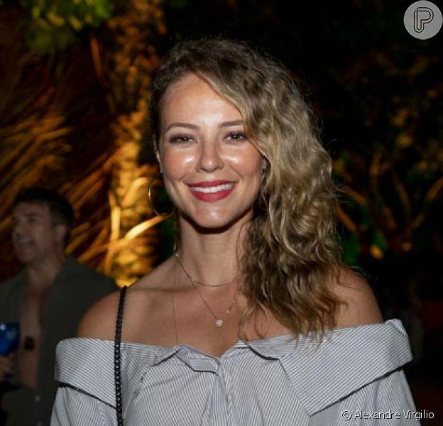Na festa Saravá, em Trancoso, Paolla Oliveira surgiu com os cabelos ondulados e soltos, bem natural