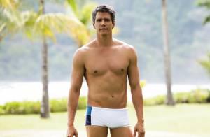 Márcio Garcia posa de sunga e mostra corpo sarado em ensaio fotográfico na praia