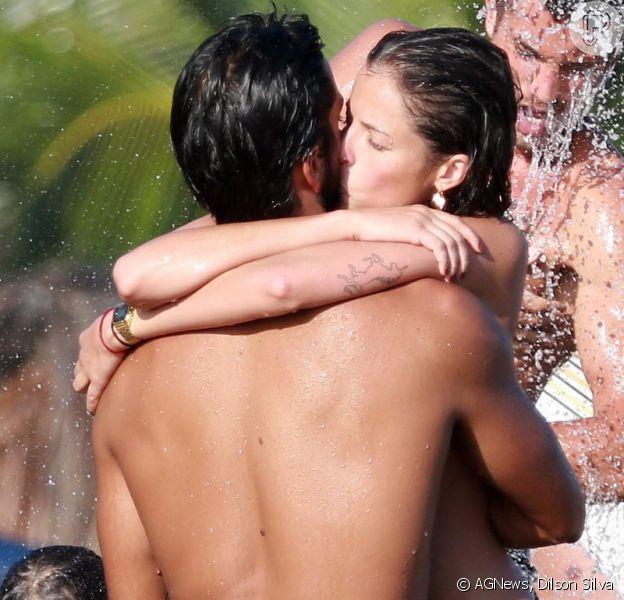 Agatha Moreira e Rodrigo Simas curtem dia de calor na praia da Barra da Tijuca, no Rio de Janeiro