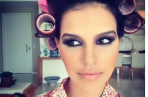Mariana Rios posta foto com bobes nos cabelos e toda maquiada em seu Instagram