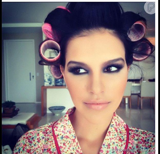 Mariana Rios aparece maquiada e de bobes nos cabelos em seu Instagram; a atriz anuncia novidades em seu novo blog, em 14 de fevereiro de 2013