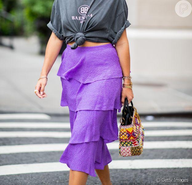 O roxo ainda é tendência para 2019: no verão, vale apostar na saia roxa com detalhes leves, como os babados