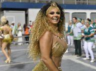 Viviane Araujo usa cabelo cacheado e look com franjas em ensaio no sambódromo