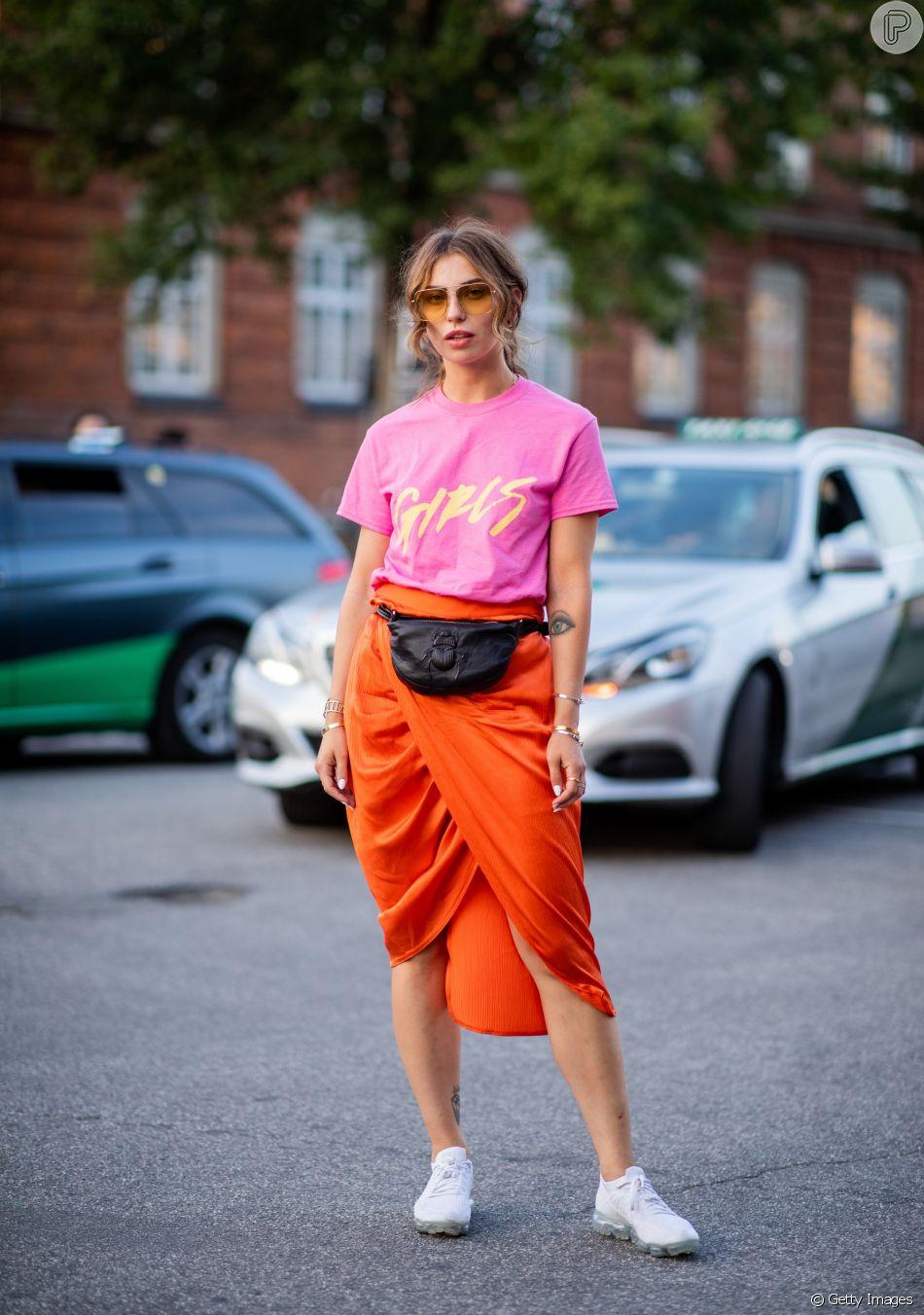Combinando rosa e laranja: o duo saia + camiseta é rápido e fácil