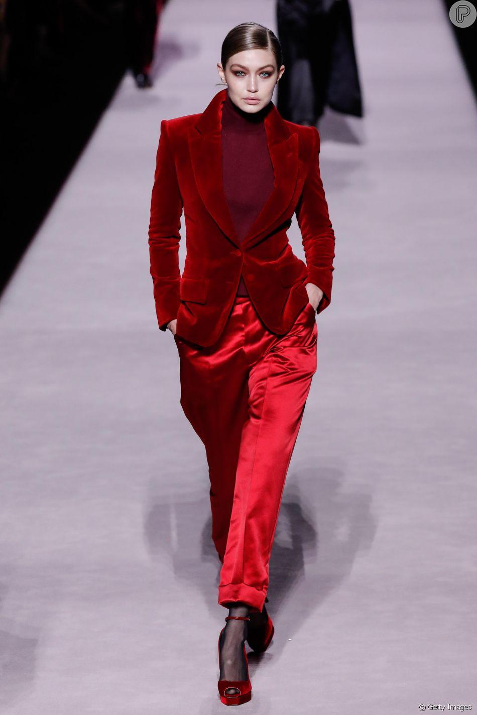 A top Gigi Hadid usou um conjunto estilo alfaiataria em tons de vermelho no desfile de Tom Ford na New York Fashion Week