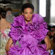 Desfile Valentino na Primavera / Verão da Semana de Moda de Paris: babados e plissados no vestido lilás