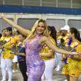 Pronta para o próximo carnaval, Ellen Rocche evolui na avenida à frente da bateria da escola de samba Rosas de Ouro