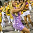 A atriz Ellen Rocche manda beijos e agrada o público em ensaio técnico da Rosas de Ouro para o Carnaval 2019
