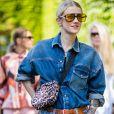 Marianne Theodorsen combinando camisa e short jeans