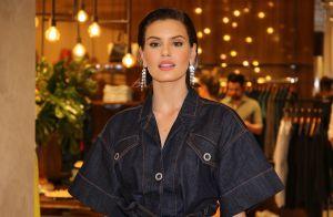 Trend de inverno! Camila Queiroz usa conjunto jeans e bota cano alto em evento