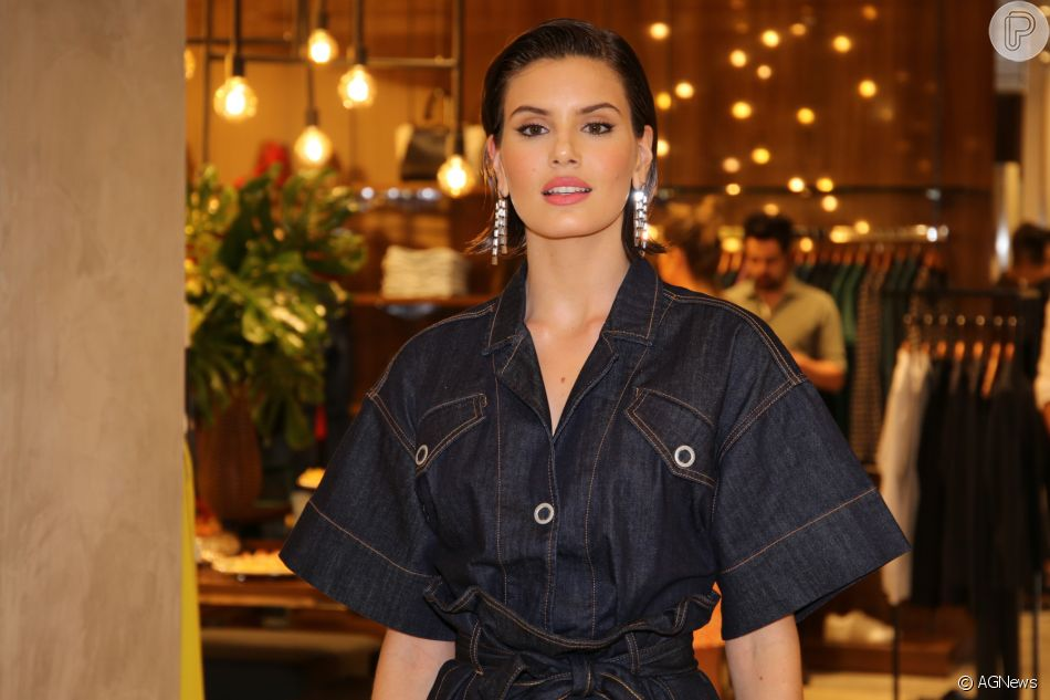 Camila Queiroz prestigiou a coleção outono/inverno da marca Forum, no Shopping Pátio Higienópolis, em São Paulo, na noite desta quinta-feira, 21 de fevereiro de 2019