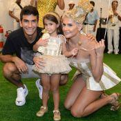 Iguais! Deborah Secco e a filha, Maria Flor, combinam fantasias em bailinho