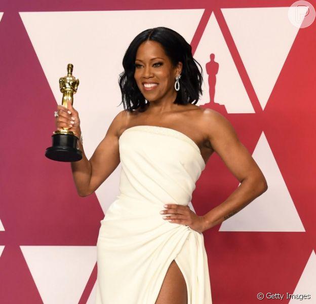 """A 91ª edição do Oscar rendeu momentos inesquecíveis em seus bastidores.Regina King, que levou a estatueta do Oscar por seu trabalho em """"Se a Rua Beale Falasse"""", foi ajudada por Chris Evans ao subir o palco para receber o prêmio."""