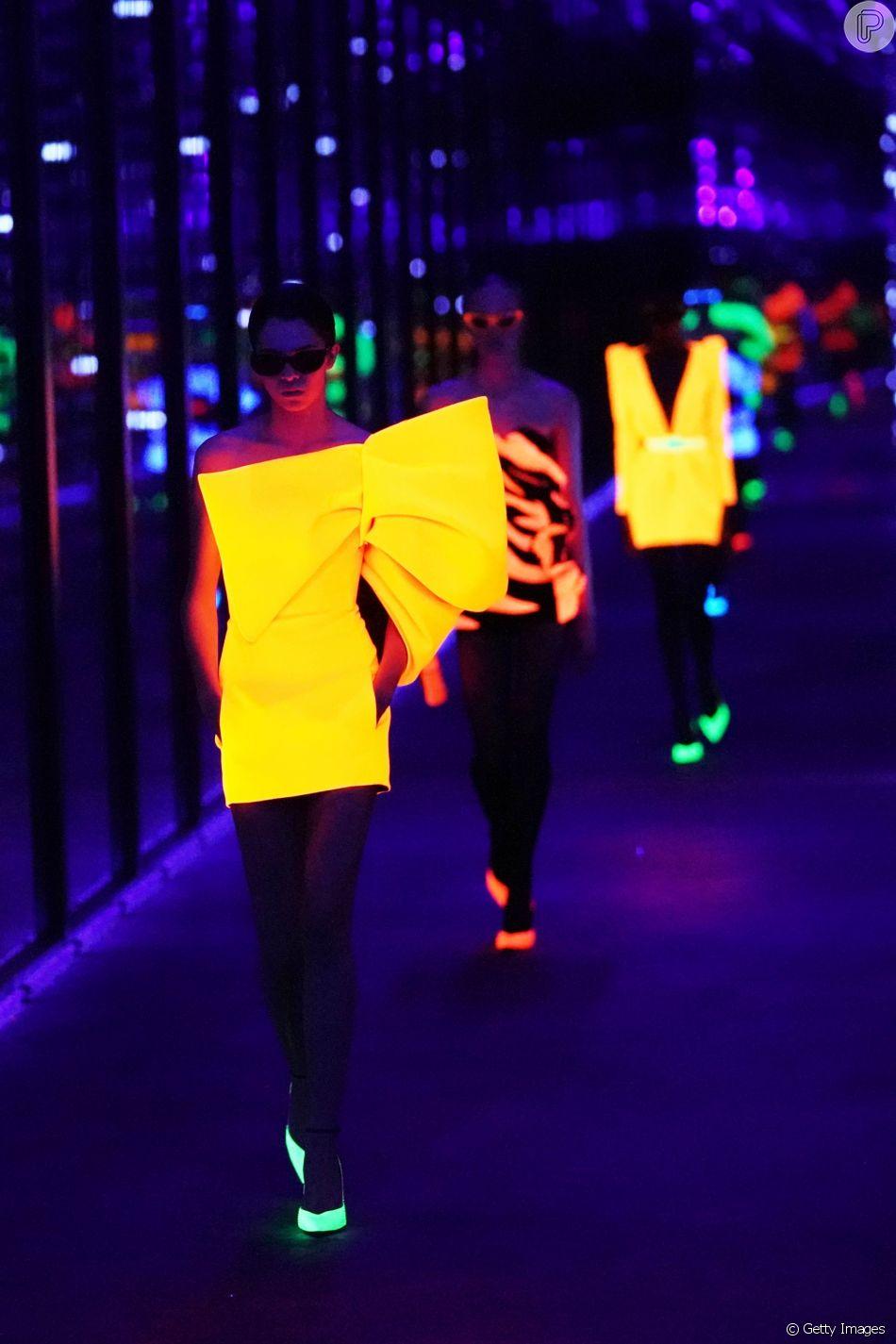 Saint Laurent apostou em looks neon em sua coleção de outono-inverno 2019/20 na Semana de Moda de Paris