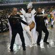 Lívia Andrade se diverte com integrantes da bateria da escola Império de Casa Verde
