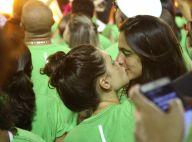 Bruna Linzmeyer dá beijão na namorada em desfile de Carnaval, no Rio