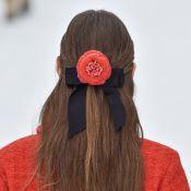 Trend alert capilar: laço de fita, flores retrô e logomania no desfile da Chanel