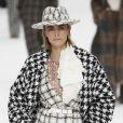 O chapéu de tweed preto e branco também estilizou o cabelo de tops como Cara Delevingne no desfile da Chanel