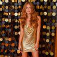 Vestido dourado de Marina Ruy Barbosa é um modelo Versace que ja foi usado por Kendall Jenner e Paris Hilton, na cor prata