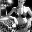 Julia Faria com bodychain e pochete com franjas. Os acessórios são do designer Eduardo Caires