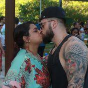 Preta Gil e o marido trocam beijos em feijoada com presença de famosos