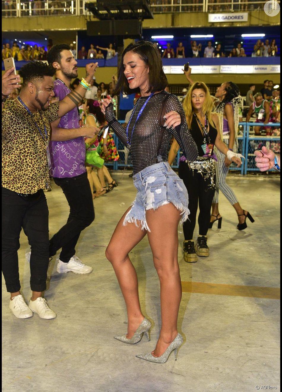 Bruna Marquezine mostrou no pé e seguiu a Mangueira na Avenida no carnaval do Rio neste sábado, 9 de março de 2019