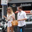 Leticia Birkheuer toma sorvete e deixa barriguinha à mostra durante passeio no Rio de Janeiro
