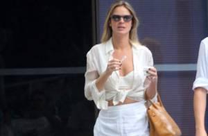 Leticia Birkheuer toma sorvete e deixa barriga à mostra com look todo branco