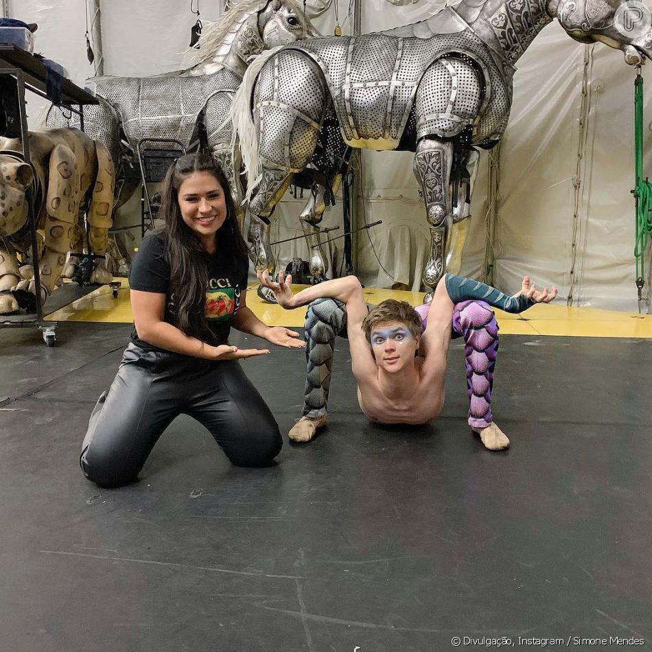 Simone conhece contorcionista do Cirque du Soleil em Orlando, nos Estados Unidos