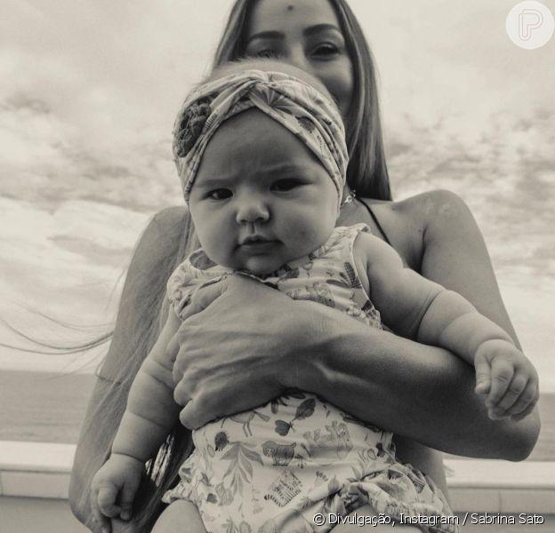 Filha de Sabrina Sato, Zoe combinou body estampado com faixa de cabelo em foto com a mãe nesta quarta-feira, 14 de março de 2019