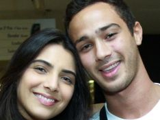 André Frambach e Rayssa Bratillieri vão juntos ao teatro após assumirem namoro