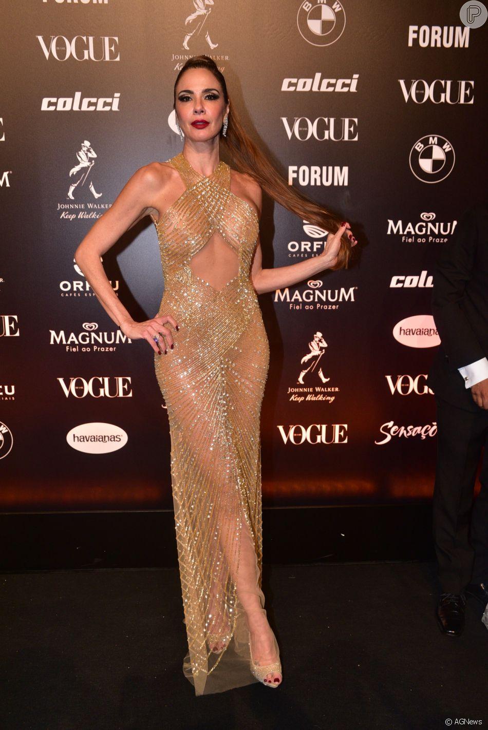 83623ad77 Baile da Vogue  Luciana Gimenez com vestido nude com bordados em tons de  dourado e recortes na barriga e nas costas. Ousadia sem perder o glamour