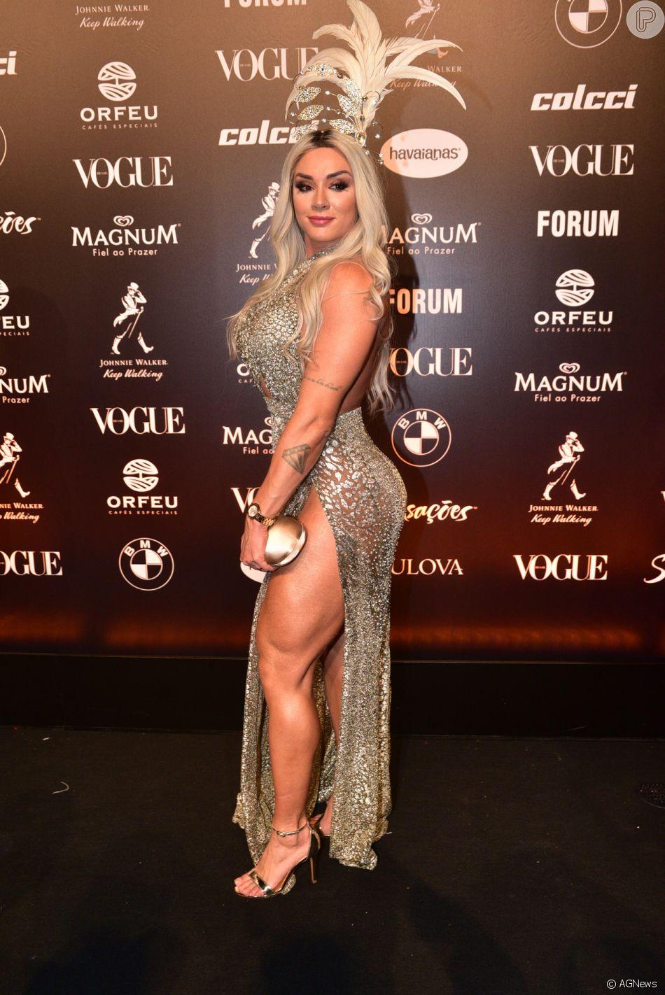 435161c88e624 Baile da Vogue  Juju Salimeni também apostou no brilho metalizado e usou  vestido com fenda gigantesca e arranjo na cabeça