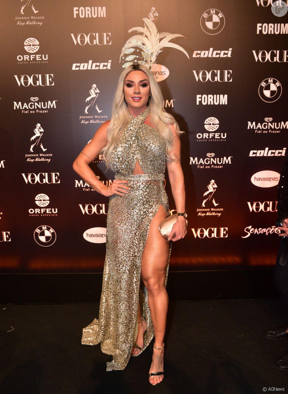 f63fec68ae34e Baile da Vogue  Mais detalhes do vestido de Juju Salimeni com recortes e  fendas