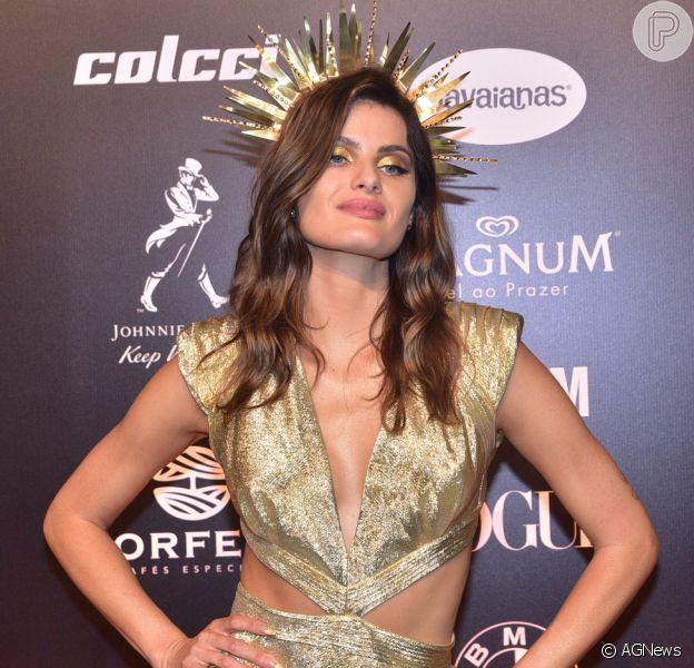 Baile da Vogue: Isabeli Fontana usou vestido com recortes estratégicos e muito dourado também na maquiagem