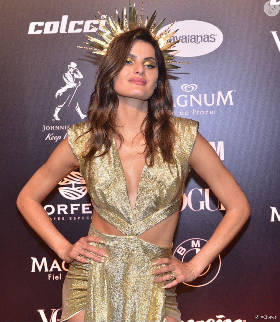 3286a8a448d3f Baile da Vogue  Isabeli Fontana usou vestido com recortes estratégicos e muito  dourado também na maquiagem