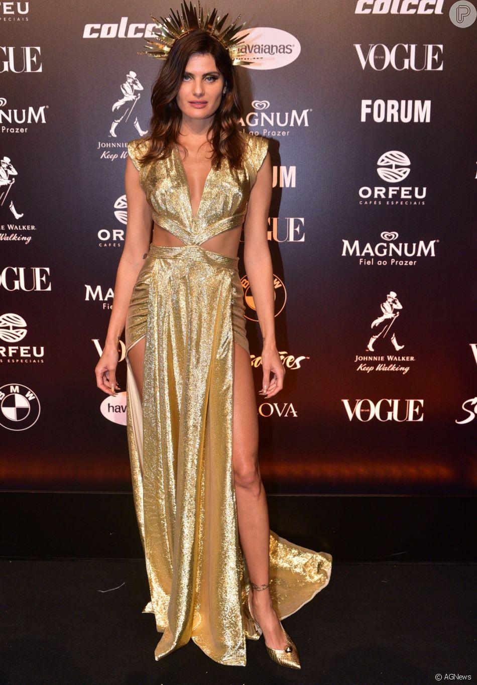 6cad15e6e5874 Baile da Vogue  Mais detalhes do longo de Isabli Fontana com recortes  estratégico